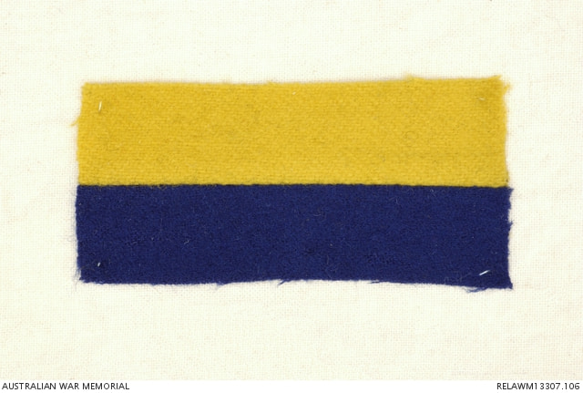 Colour patch 14th Battalion: two horizontal stripes, yellow on top, blue below